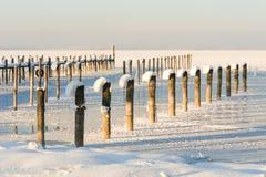 La nieve adornó los embarcaderos alpinos del lago Foto de archivo