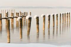 La nieve adornó los embarcaderos alpinos del lago II Foto de archivo