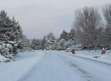 La nieve aró la calle residencial en el invierno Foto de archivo