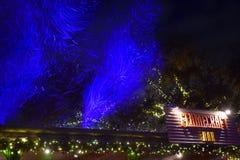 La nieve artificial iluminó el azul y Flamecraft firma en área internacional de la impulsión foto de archivo libre de regalías