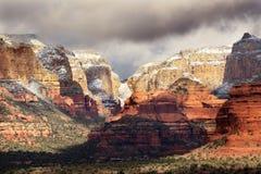 La nieve blanca roja de la barranca de la roca se nubla Sedona Arizona Foto de archivo