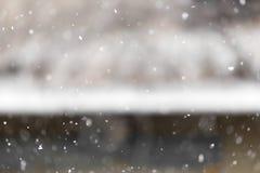 La nieve cae en la naturaleza Imagen de archivo libre de regalías