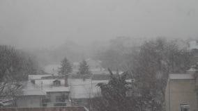 La nieve cae en Novi Sad en Grbavica serbia almacen de metraje de vídeo