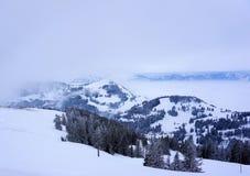 La nieve capsuló las montañas en las montañas de Suiza Foto de archivo libre de regalías