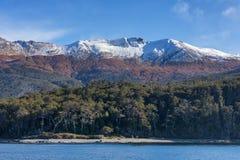 La nieve capsuló las montañas en el Estrecho de Magallanes fotografía de archivo libre de regalías
