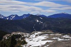 La nieve capsuló las montañas y el paisaje alpino en el Adirondacks, Estado de Nueva York fotografía de archivo