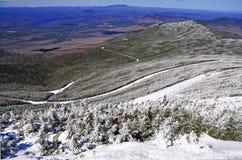 La nieve capsuló las montañas y el paisaje alpino en el Adirondacks, Estado de Nueva York fotos de archivo libres de regalías
