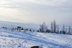 La nieve con paladoken el fondo de las montañas en niebla en Erzurum, Turquía imágenes de archivo libres de regalías