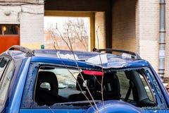 La nieve de los tejados cayó en el coche y rompió la ventana posterior fotos de archivo
