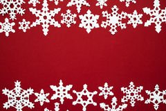 La nieve de papel forma escamas en el fondo rojo Tema del rojo de la Navidad Imágenes de archivo libres de regalías