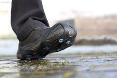 La nieve del zapato clava cadenas en la trayectoria Imagenes de archivo
