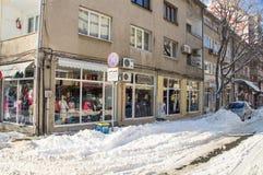 La nieve deriva en los cruces en el centro de la ciudad vieja de Pomorie en Bulgaria en el invierno Fotografía de archivo libre de regalías