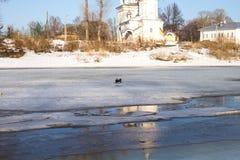 La nieve derrite en el río Foto de archivo
