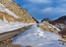 La nieve derrite en las montañas Fotografía de archivo libre de regalías
