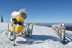 La nieve dispara contra en el top de la montaña Fotografía de archivo