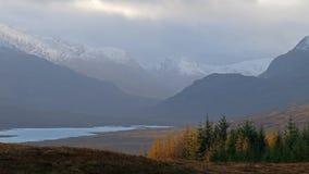 La nieve está cayendo en las montañas de Escocia almacen de metraje de vídeo