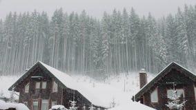 La nieve fuerte viene en el fondo de la Navidad