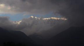 La nieve Himalayan remota enarbola la India Imagenes de archivo