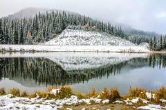La nieve, los árboles, y las colinas reflejaron en la charca de Sibbald Imágenes de archivo libres de regalías
