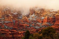 La nieve roja de la barranca de la roca de Boynton se nubla Sedona Arizona Imagen de archivo libre de regalías
