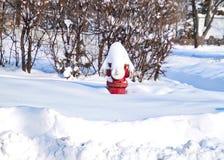 La nieve se llena encima de la boca de incendios roja después de tormenta del invierno en febrero imagenes de archivo