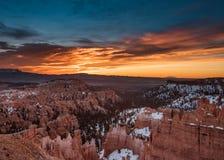 La nieve se retrasa en Bryce Canyon con salida del sol anaranjada foto de archivo libre de regalías
