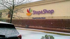 La nieve vuela en Ossining durante ni el ` Pascua en la parada fotos de archivo