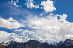 La nieve y la nube cubrieron las montañas Foto de archivo libre de regalías