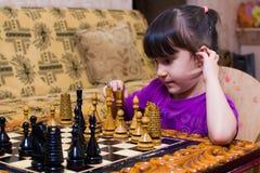 La nipote gioca gli scacchi con suo nonno il nonno insegna a per giocare immagine stock libera da diritti