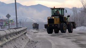 La niveladora va con el borde izquierdo del encintado en la carretera el nivel federal en el hielo y el frío almacen de video