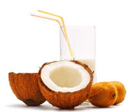 La noce di cocco, il kiwi ed il vetro con i Cochi mungono Immagine Stock