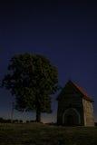 La noche abandonó la capilla debajo de las estrellas en el cielo nocturno imagen de archivo