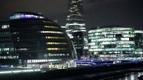 La noche asombrosa tiró de la orilla ayuntamiento y del Támesis de Londres almacen de video