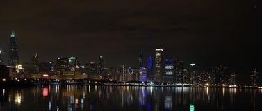 La noche baja sobre la ciudad imagen de archivo libre de regalías