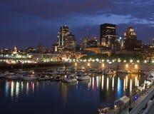 La noche baja sobre el horizonte de Montreal Foto de archivo