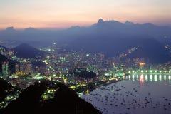 La noche baja sobre Rio de Janeiro, el Brasil Fotografía de archivo
