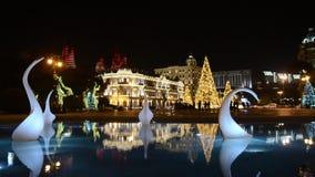 La noche Baku del Año Nuevo adornada con el árbol de navidad ligero y modelado azerbaijan almacen de video