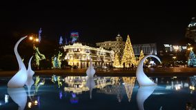 La noche Baku del Año Nuevo adornada con el árbol de navidad ligero y modelado azerbaijan metrajes