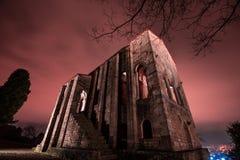 La noche cae en esta iglesia frecuentada Fotografía de archivo