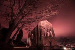 La noche cae en esta iglesia frecuentada Imagenes de archivo