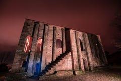 La noche cae en esta iglesia frecuentada Foto de archivo libre de regalías