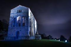 La noche cae en esta iglesia frecuentada Imagen de archivo libre de regalías