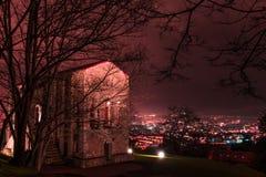 La noche cae en esta iglesia frecuentada Fotos de archivo