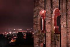 La noche cae en esta iglesia frecuentada Fotos de archivo libres de regalías