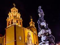 La noche de la basílica de Paz Peace Statue Our Lady protagoniza Guanajuato México Imagen de archivo