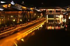 La noche de la ciudad acuosa Imagen de archivo libre de regalías