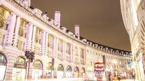 La noche de Regent Street se enciende con el lapso de tiempo largo del obturador, Londres almacen de metraje de vídeo