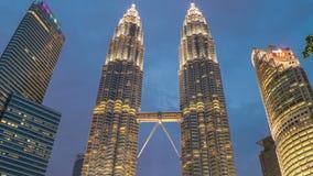 La noche de Timelapse baja en las torres gemelas de Petronas en Kuala Lumpur, Malasia En agosto de 2017 almacen de metraje de vídeo