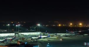 La noche de Timelapse tiró de ocupado del aeropuerto de Sheremetyevo Moscú, Rusia metrajes