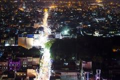 La noche del bazar de la ciudad india enciende el bird& x27; opinión del s-ojo Foto de archivo